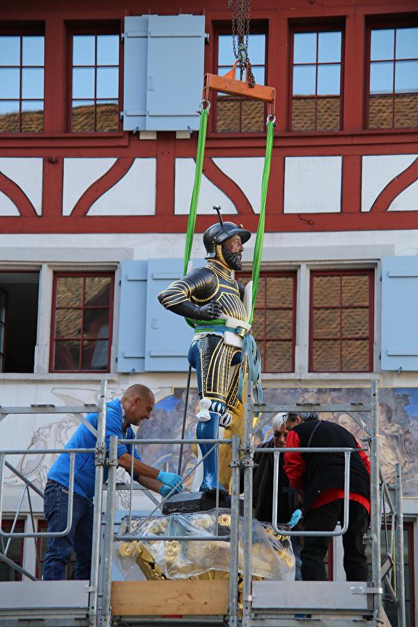 Die Kolinbrunnen-Figur schwebt per Kran zurück auf die Brunnensäule.