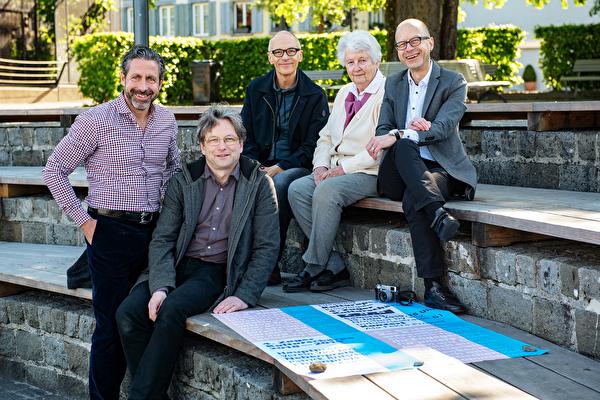 Die Preisträger der Kulturschärpe 2018/2019 der Stadt Zug: (v.l.n.r) Beat Furrer, Walter Speck und Benni Weiss vom Verein «viel jazz» sowie Ehrenpreisträgerin Christa Kamm und Nebenpreisträger Patrick Britschgi.