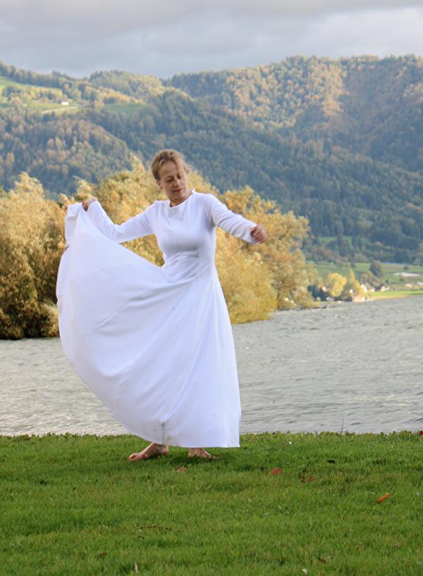 Antonia Bisig bei der Kunstperformance am Zugersee im Rahmen von Lost In Tugium 2012.