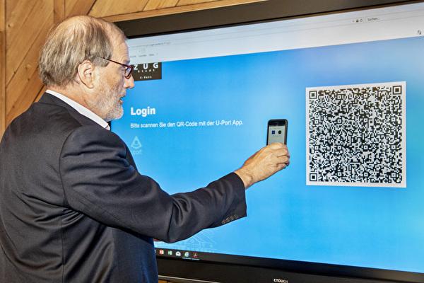 Stadtpräsident Dolfi Müller scannt den QR-Code, um sich einzuloggen.