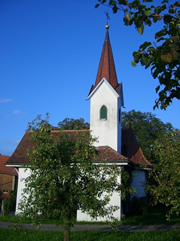 Kleine weisse Kapelle zwischen Obstbäumen