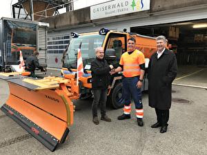 Marco Fässler (m.) erhält unter Aufsicht von Gemeindepräsident Boris Tschirky (r.) den Fahrzeugschlüssel von Röbi Stössel von der Viktor Meili AG, Schübelbach. (l.)