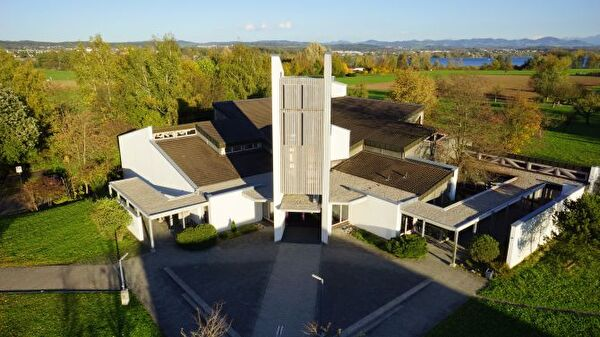 Weg zur katholischen Kirche mit Glockenturm