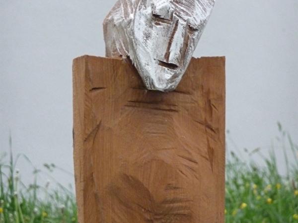 Skulptur mit Gesicht