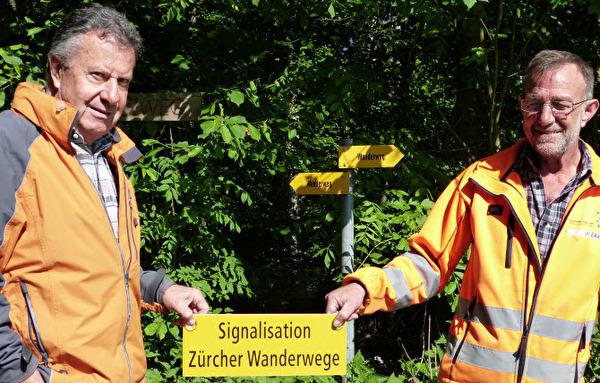 zwei Männer unterhalten die Wanderwege