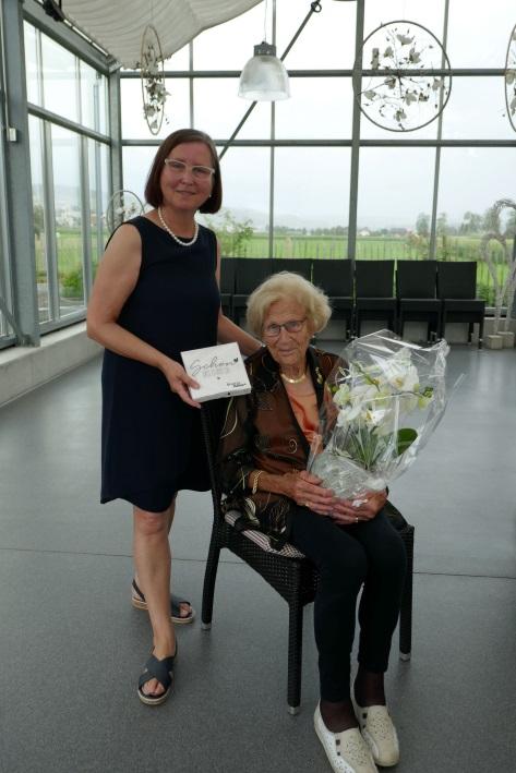 Annelies Schmid-Schärli gratuliert der ältesten Jubilarin Ida Bühler.