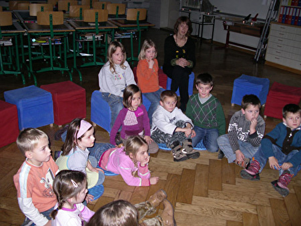 Kindergärteler hören zu
