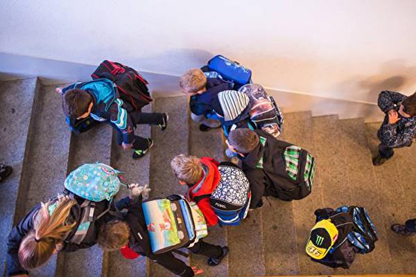 Schulkinder im Treppenhaus