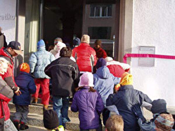 Kinder auf Schulareal