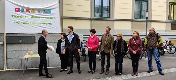 Thalwiler Parteien und Vereine überreichen dem Gemeindepräsidenten die Klima-Inititative