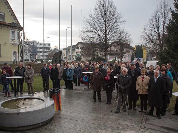 Einwohnerinnen und Einwohner versammelt auf dem Gemeindeplatz