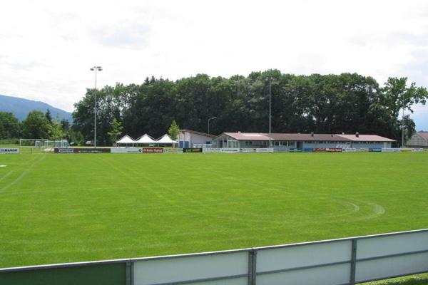 Fussballplatz, im Hindergrund die Clubhütte