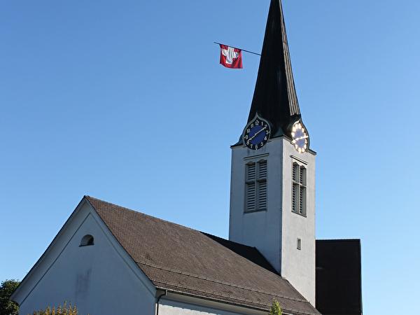 evangelische Kirche mit der Schweizerfahne geschmückt
