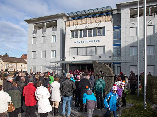 Besucher vor Gemeindehaus Neujahrsbegrüssung 2014