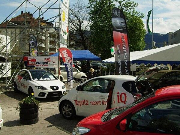 Autoausstellung auf dem Dorfplatz