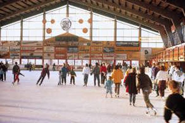 Eishalle mit vielen Eislaufbegeisterten