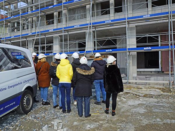 Mitarbeiter besichtigen den Rohbau des Zentrums Rheinauen, 15.04.2021