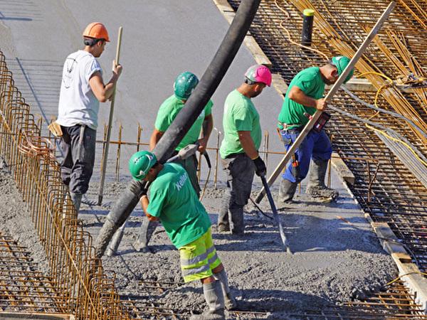 Bau Zentrum Rheinauen, Der Boden wird betoniert, 30.06.2020