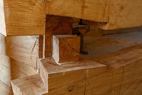 Der Raum der Stille ist aus massivem Eichenholz gefertigt.