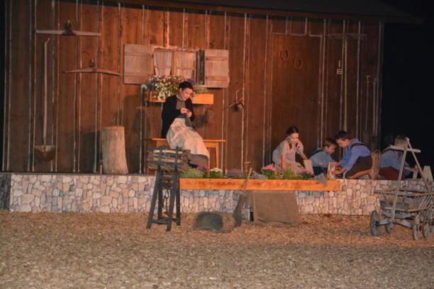 Bühnenbild mit Hilda und den Kindern