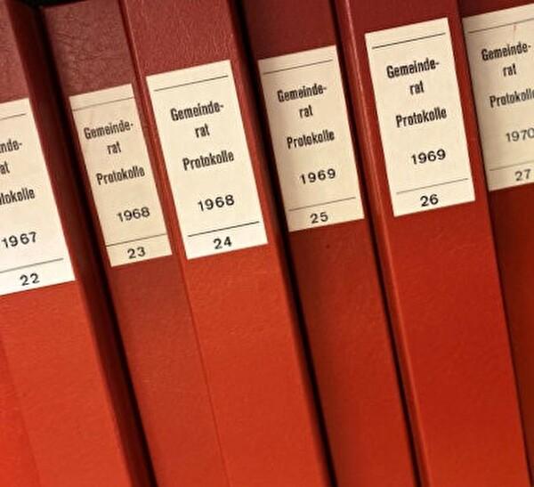 Bücher mit Beschriftung Gemeinderatprotokolle