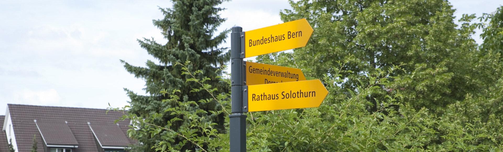 Bild zeigt einen Wegweiser Richtung Gemeindeverwaltung und Rathaus Solothurn