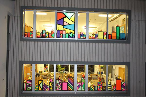 Kerzen dekorieren die Schulfenster