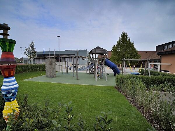 Spielplatz der Primarschule mit Rasen