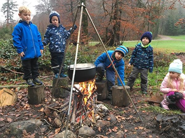 Suppe kochen im Wald Kindergarten