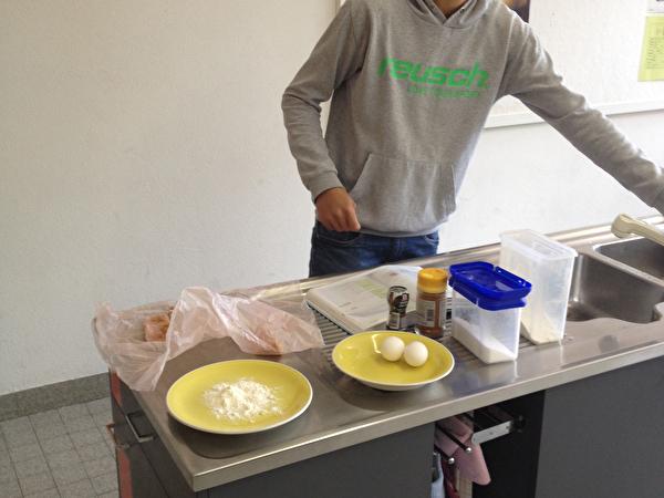 Elia M. beim Kochen