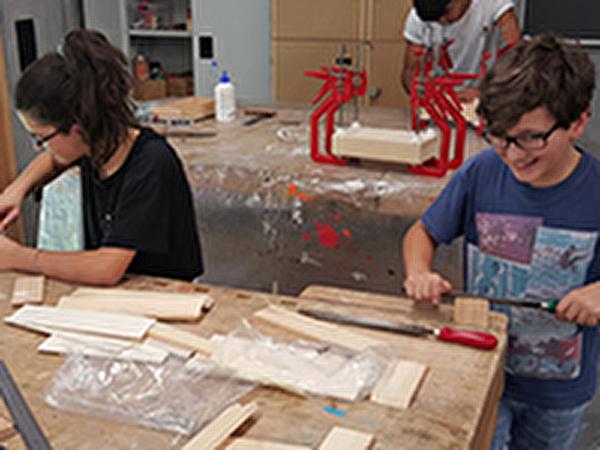 Gabriel und Lara beim Geometrie-Basteln