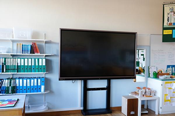Klassenzimmer mit elektrischer Tafel