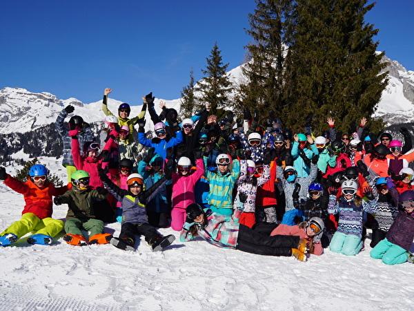 Kinder und Lagerleiter im Schnee