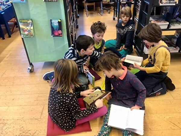 Erster Bibliotheksbesuch mit der Klasse  (1. Klasse Merz/Gehrig)