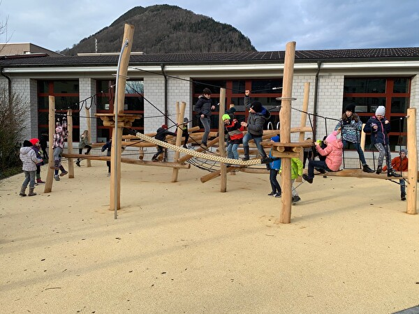 Neuer Spielplatz beim Schulhaus Krummfeld