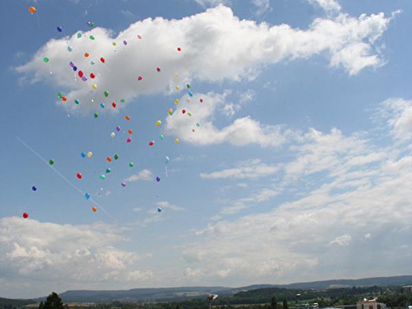 80 Ballone mit Wünschen und Träumen der Schlussklassen