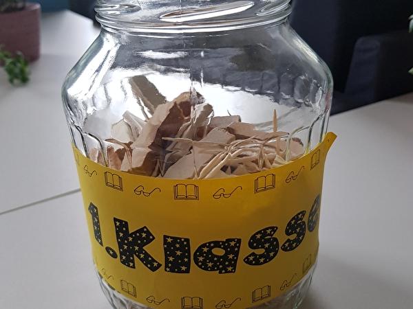 Gurkenglas gefüllt mit Holzklötzen