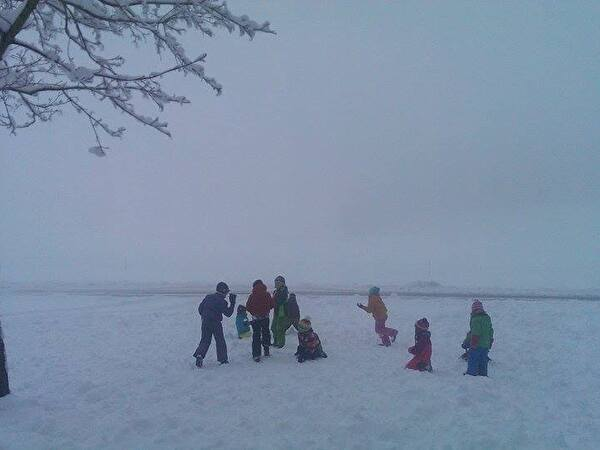 Schneeballschlacht im frischen Schnee