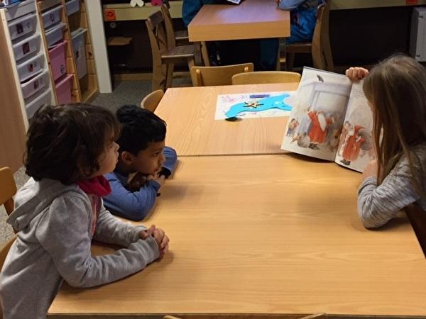 Kinder erzählen einander Geschichten.