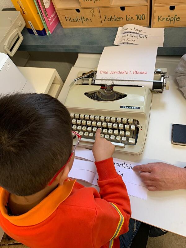 Kind mit Schreibmaschine