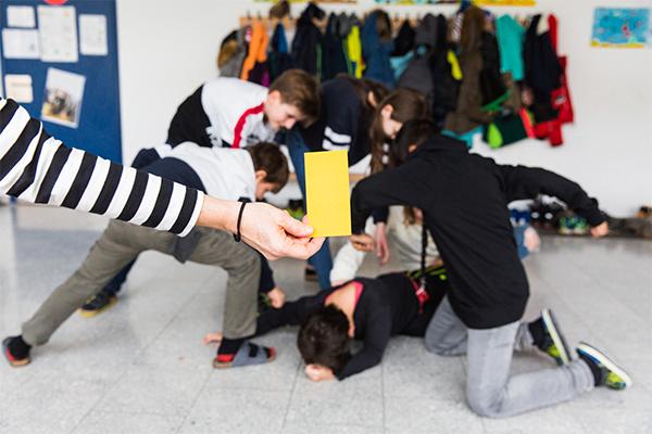 Kinder streiten, die gelbe Karte wird gezückt