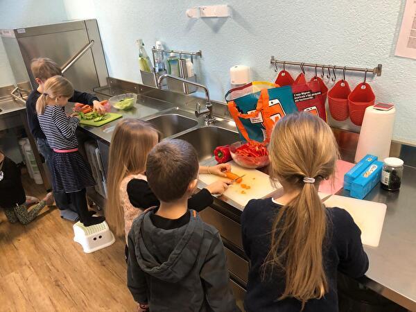 Kinder beim Kochen in der Hortküche