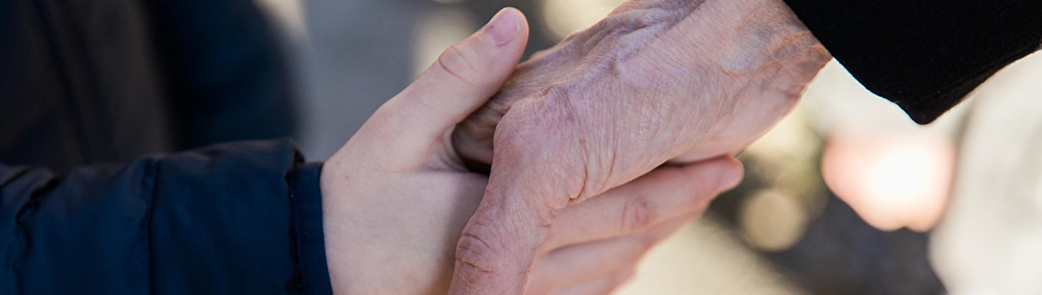 Junge und ältere Hand