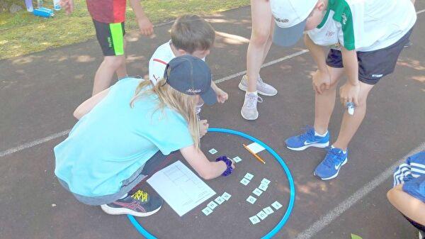Kind am sportliche Rätsel lösen