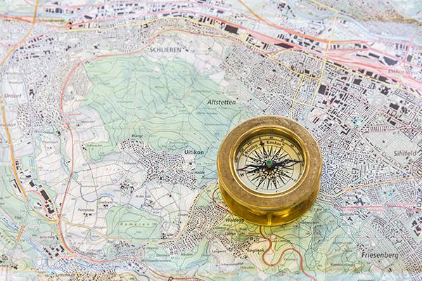 Karte mit dem Ort Uitikon, daneben liegt ein Kompass