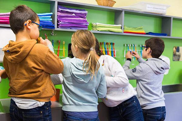 Kinder am Zähneputzen, Ansicht von Hinten am Lavabo
