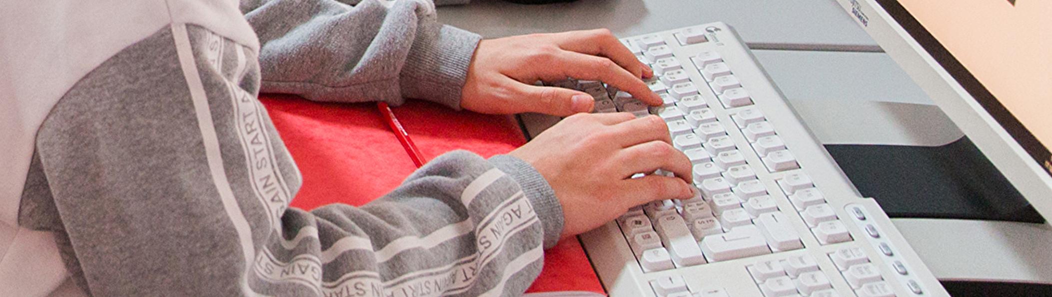 Hände liegen auf der Tastatur
