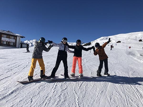 Vier Snowboarderinnen auf den Pisten