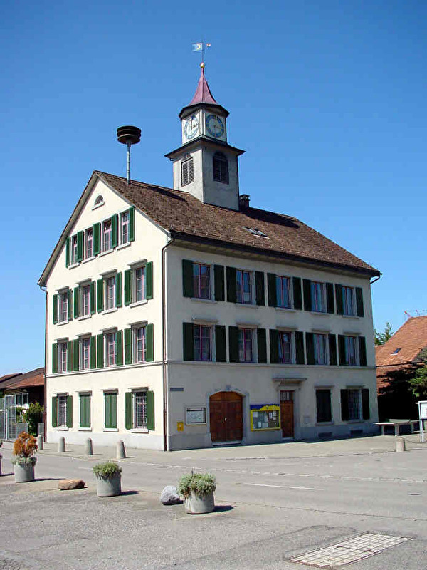 Das Türmlischulhaus steht im Zentrum von Nänikon und ist mit dem weit herum sichtbaren Uhrenturm das Wahrzeichen von Nänikon.