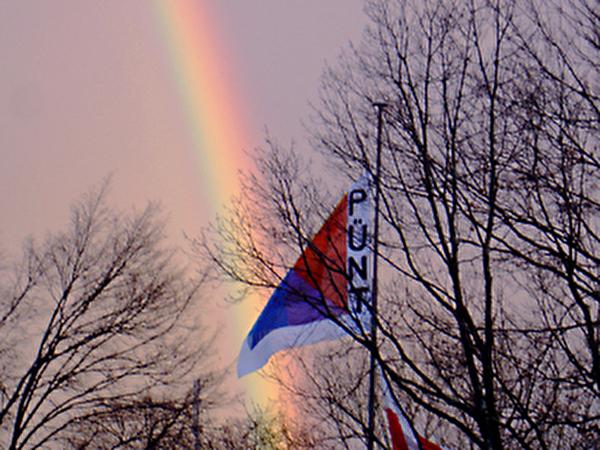 Regenbogen hinter Püntfahne